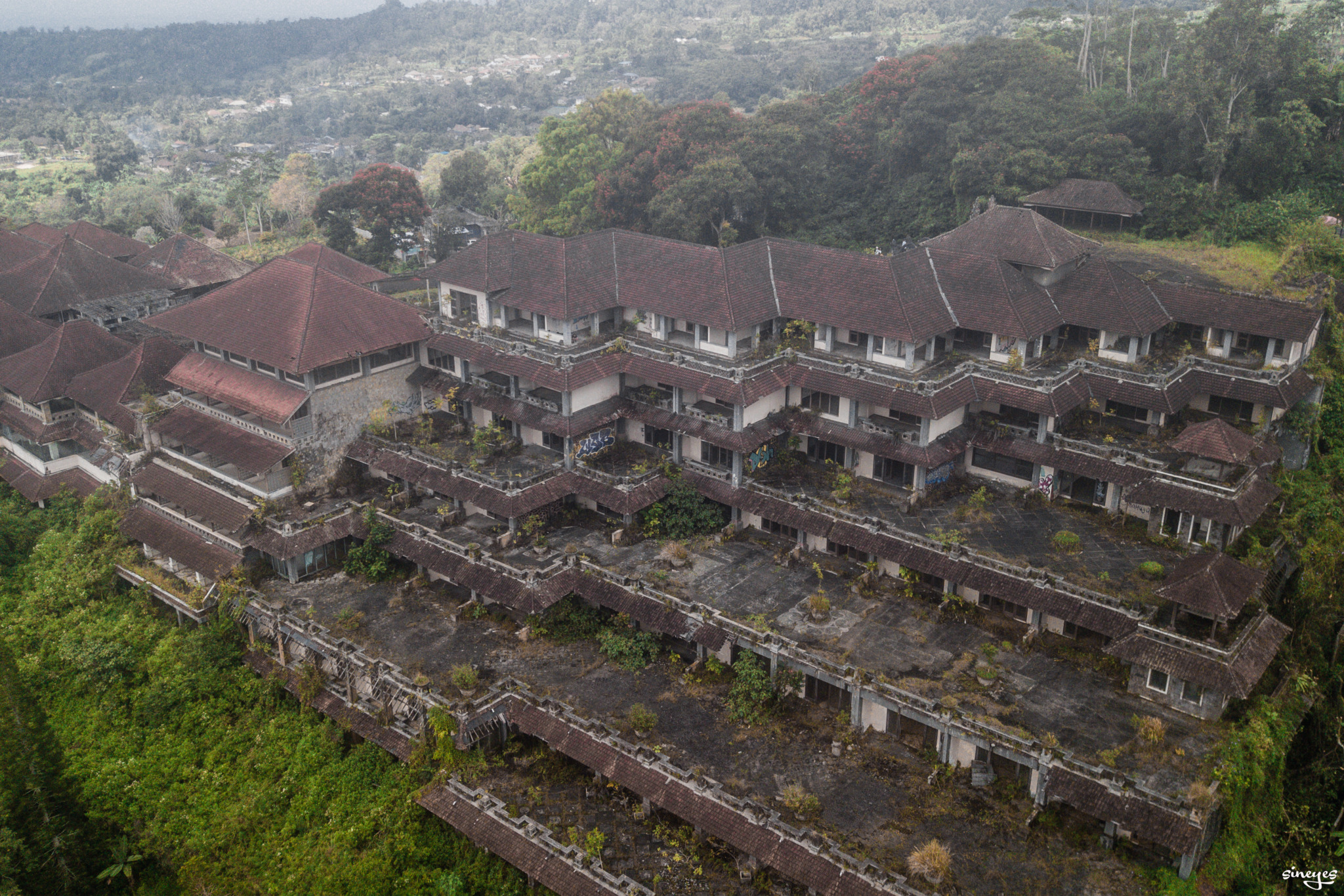 Haunted hostel by sineyes